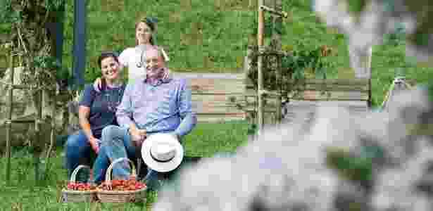 Marinaldo Pegoraro, a mulher Cilmara e a filha Roberta, 12 anos, no Sítio Serra Dourada em Deflim Moreira (MG), onde plantam morangos, hortaliças e oliveiras - Arquivo pessoal - Arquivo pessoal