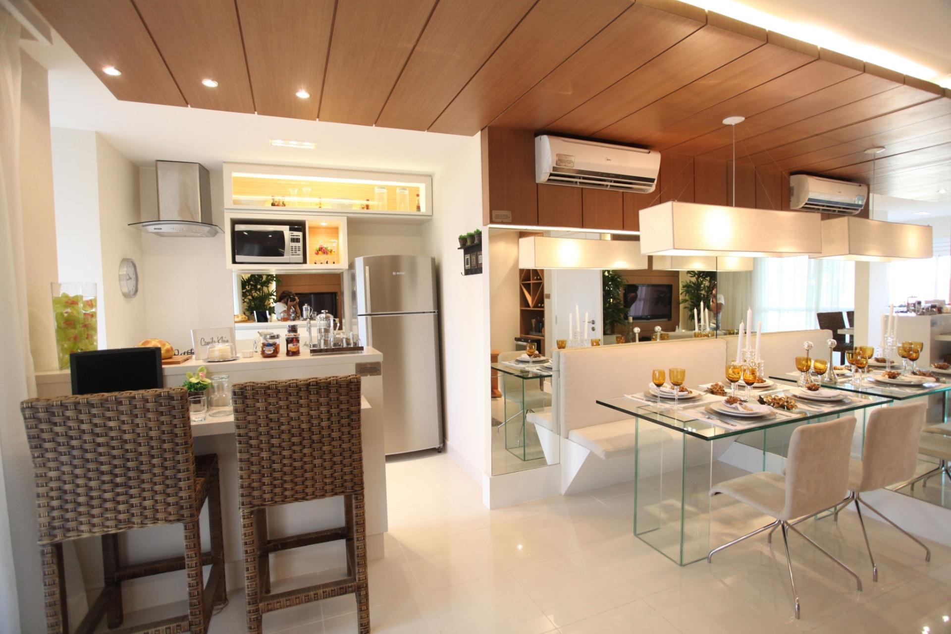 O desafio de criar um espaço para as refeições de quatro pessoas, sem deixar o apartamento com excesso de móveis e objetos, foi aceito pela arquiteta Camila Klein