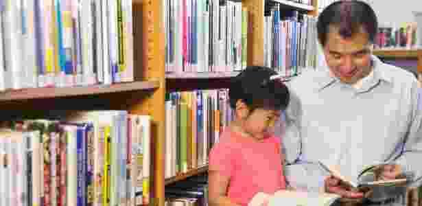 Não vale pedir para o filho procurar sozinho no dicionário, os pais devem ajudá-lo a entender como o livro funciona - Getty Images