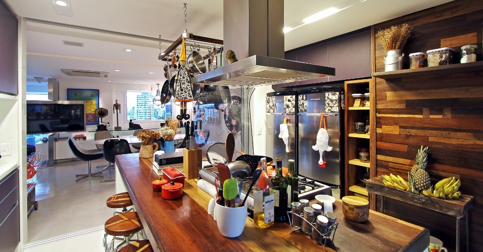 Para o proprietário que adora cozinhar em casa, os arquitetos Turíbio e Zezinho Santos, de Recife, criaram uma cozinha jovem e totalmente aberta para a sala de estar e jantar. A inspiração veio das cozinhas de fazendas antigas, amplas e com mesa de madeira ao centro