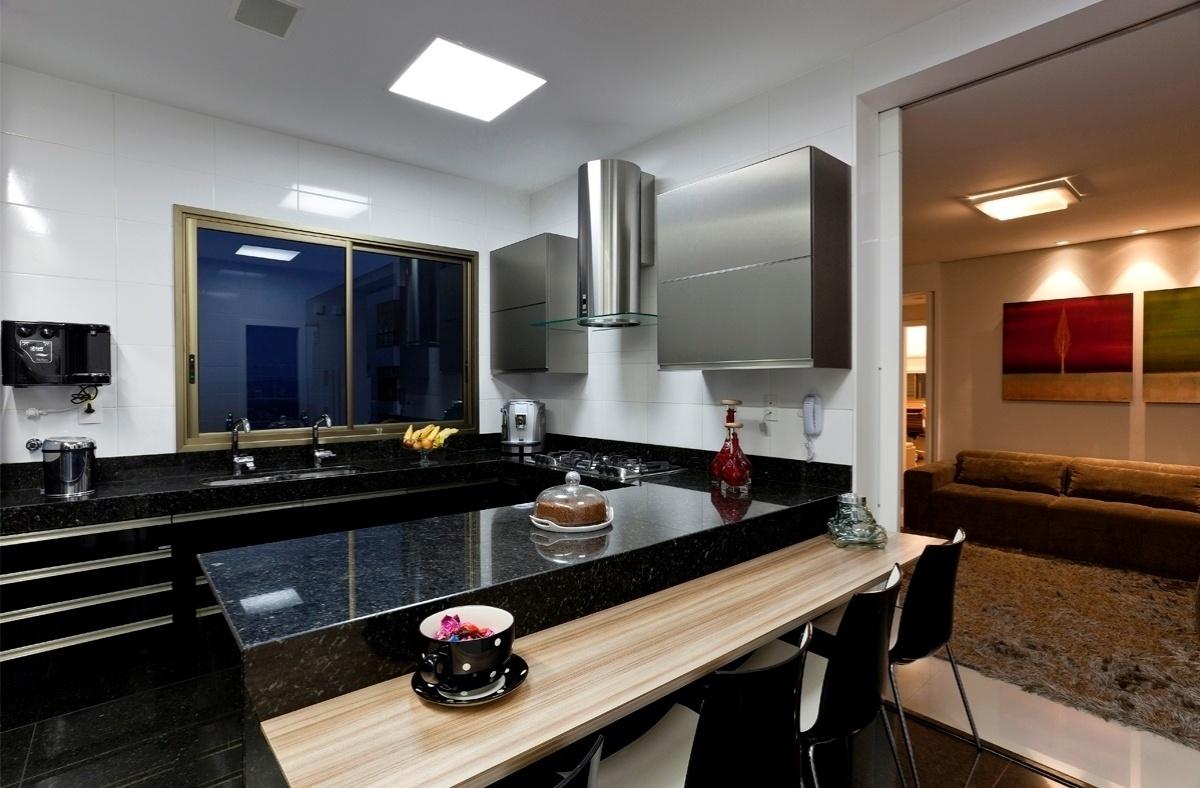 Para uma família pequena que gosta de receber os amigos e familiares em casa, a designer de interiores Iara Santos criou um projeto em que a cozinha, a sala de jantar e o living são integrados