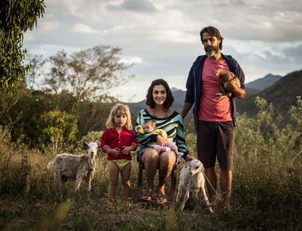 Tomé, de 2 anos, Manuella Melo Franco com Nina no colo e o companheiro Hugo Ruax na fazenda em Piatã, na Chapada Diamantina (BA), onde moram desde agosto do ano passado - Arquivo pessoal