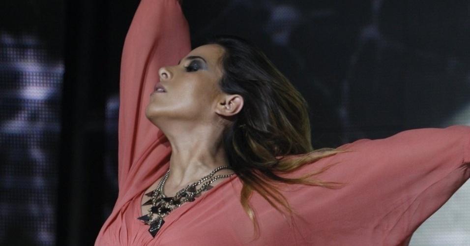 """17.abr.2014 - Grávida de seis meses, Wanessa dança e canta em seu show da turnê """"DNA"""" na boate gay Blue Space, na Barra Funda, zona oeste de São Paulo"""