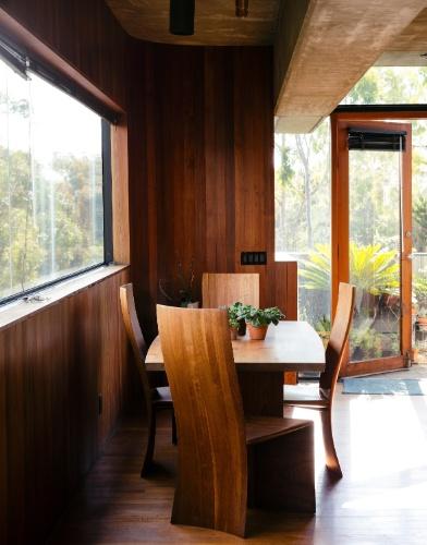 Além de projetar a casa onde mora, Robert Bridges desenhou quase todos os móveis da residência como a mesa Bubinga e as cadeiras, fabricadas em madeira