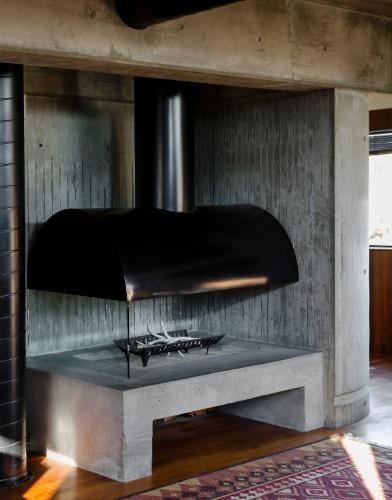 Assim como a estrutura da casa em Los Angeles, a lareira que fica na sala de estar também é fabricada em concreto