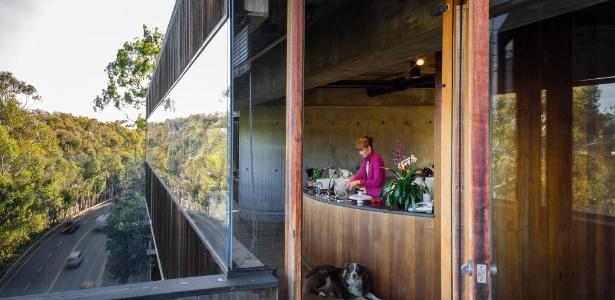 Da cozinha, através da fachada de vidro, é possível avistar a via movimentada da estrada Sunset Boulevard - Trevor Tondro/The New York Times