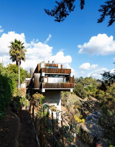 Localizada em terreno íngreme, próximo à estrada Sunset Boulevard, em Los Angeles, a casa de arquitetura brutalista é sustentada sobre vigas de concreto maciço. Segundo o projetista e morador da residência, Robert Bridges, o projeto atrai turismos e estudantes de arquitetura