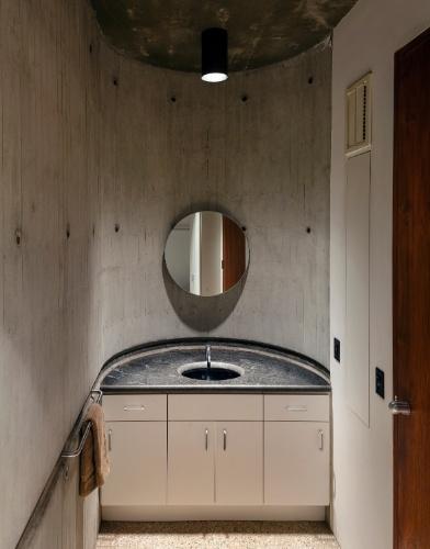 No andar principal da casa em Los Angeles, projetada em concreto maciço, está o banheiro decorado com cores sóbrias
