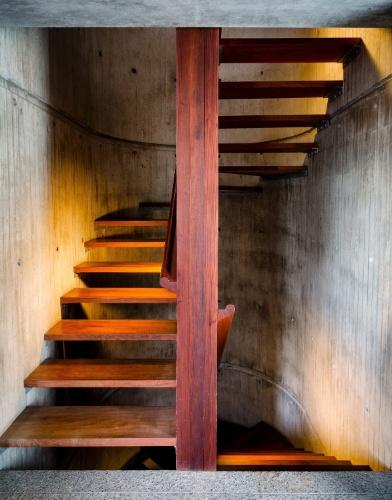 No interior da casa, a escada de madeira