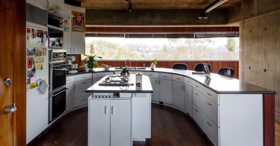 Quando Robert Bridges planejou os ambientes internos de sua casa em Los Angeles, o desejo era de um espaço aberto, como um loft em Nova York. Na cozinha, a ilha de cocção e a grande bancada, que serve de mesa para as refeições rápidas, favorecem o convívio familiar