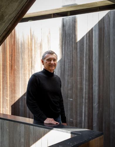 Robert Bridges é professor de finanças imobiliárias na Universidade do Sul da Califórnia. No entanto, há 30 anos atrás, projetou diversas casas no sul da Califórnia, incluindo esta instalada em terreno inclinado, em Los Angeles