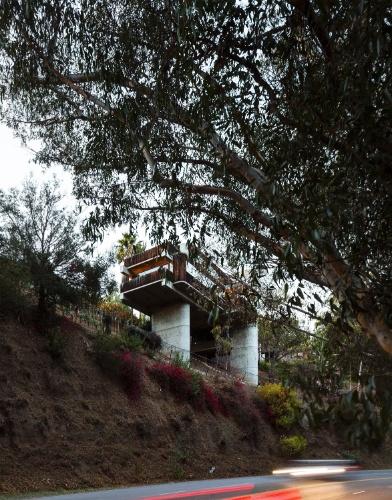 Vista da estrada Sunset Boulevard, em Los Angeles, a casa parece estar equilibrada de maneira instável sobre o terreno inclinado. ?Pode parecer precário, mas não é. Do ponto de vista da engenharia, isto é absolutamente racional?, diz o projetista e morador da residência, Robert Bridges