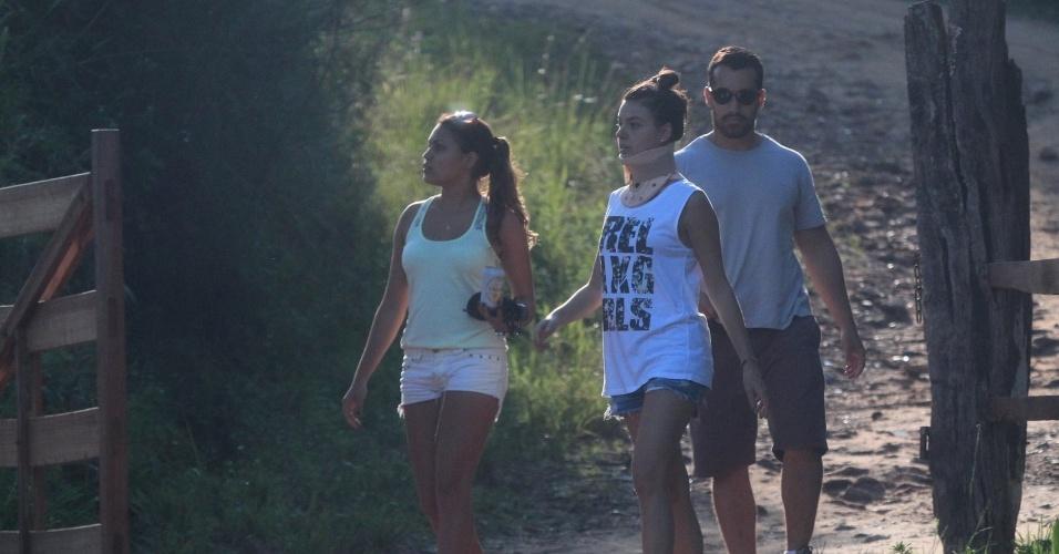 19.abr.2014 - Ainda com colar cervical, Isis Valverde é vista em sua cidade natal