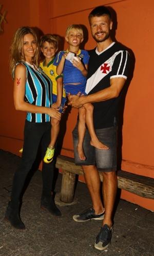 19.abril.2014 - Fernanda Lima e Rodrigo Hilbert comemoram o aniversário dos filhos no Rio. O casal festejou os 6 anos dos gêmeos, João e Francisco, em uma casa de festas na Zona Oeste carioca, na noite deste sábado (19). Aproveitando o clima da Copa no Brasil, a família inteira se vestiu com camisas de times de futebol