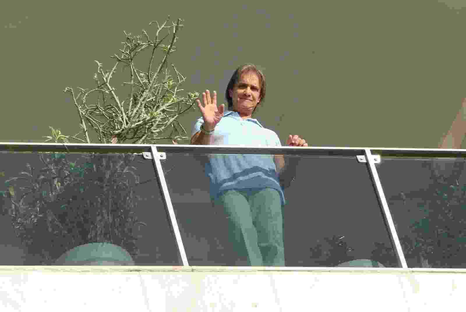 19.abril.2014 - No dia do seu aniversário, Roberto Carlos acena para fãs da sacada de seu apartamento no Rio. O cantor, que está completando 73 anos neste sábado (19), recebeu uma homenagem do seu fã-clune na porta do prédio em que mora, na Urca, na Zona Sul da cidade - Alex Palarea/AgNews