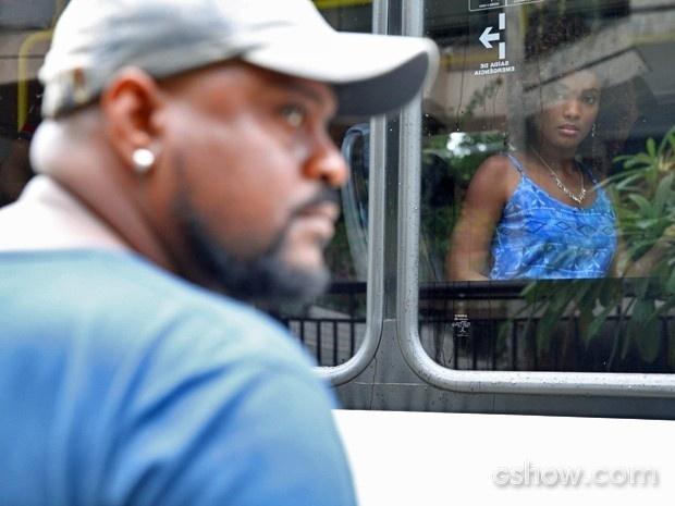 """""""Em Família"""", Alice vê suspeito de estupro de Neidinha pela janela do ônibus"""