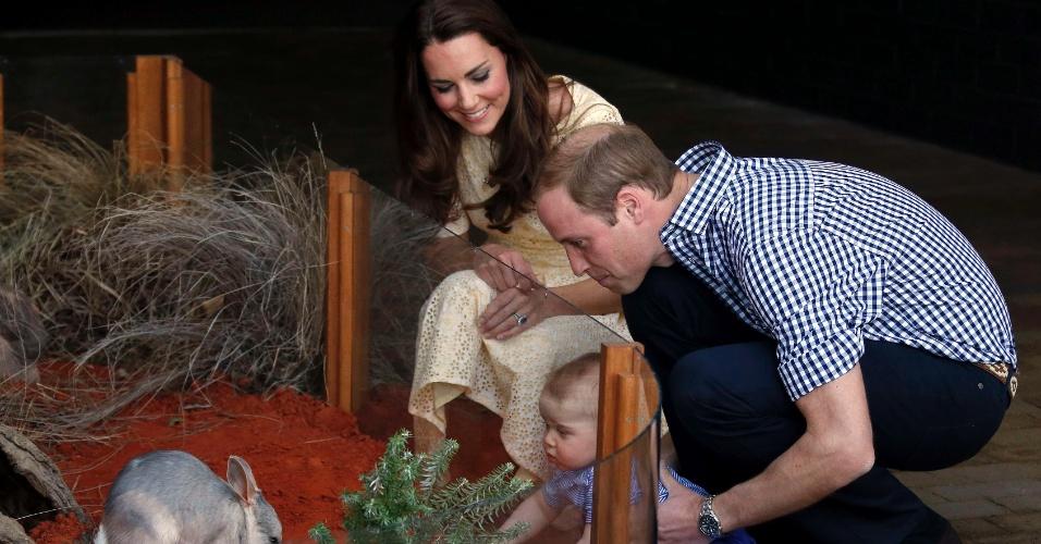 20.abr.2014 - Príncipe William e a duquesa de Cambridge, Kate Middleton, levaram o pequeno George na manhã do domingo de Páscoa para conhecer o zoológico Taronga em Sidney, na Austrália