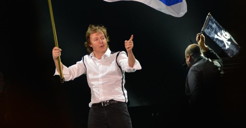 """19.abr.2014 - Com a bandeira do Uruguai, Paul McCartney abre a etapa sul-americana de sua turnê """"Out There!"""" em Montevidéu"""