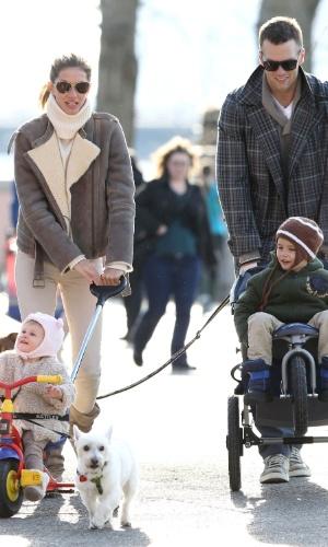 20.abr.2014 - Gisele Bündchen curtiu a páscoa com os filhos Vivian e Benjamin em Boston, Estados Unidos. A modelo aproveitou a data comemorativa para passear com os pequenos na companhia do marido Tom Brady