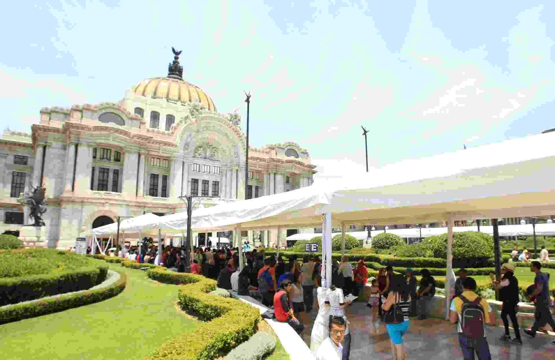 """21.abr.2014 - Admiradores fazem fila em frente ao Palácio de Belas Artes da Cidade do México, que receberá as cinzas de Gabriel García Márquez para as últimas homenagens ao escritor colombiano, autor de """"Cem Anos de Solidão"""" e ganhador de um prêmio Nobel, morto aos 87 anos na última quinta (17) - Mario Guzmán/EFE"""