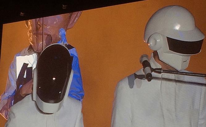 21.abr.2014 - Arcade Fire promove aparição falsa do Daft Punk no Coachella
