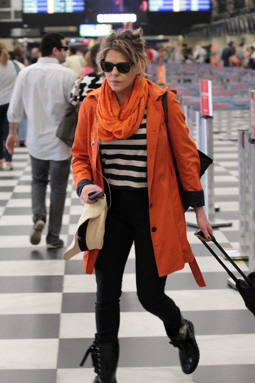 21.abr.2014 - Bárbara Paz é vista circulando no aeroporto de Congonhas, em São Paulo. No balcão do check-in, a atriz encontrou a colega Maria Casadevall