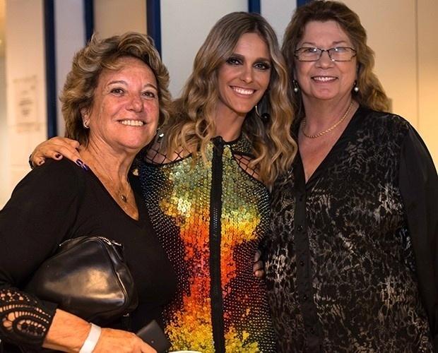 """21.abr.2014 - Fernanda Lima, entre mãe (à esquerda) e a sogra, após terceira audição do """"Super Star"""""""