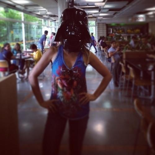 """21.abr.2014 - Flávia Alessandra se divertiu ao colocar uma máscara do vilão Darth Vader, da franquia """"Star Wars"""". Em sua página do Instagram, a atriz de """"Além do Horizonte"""" registrou o momento: """"'Numa galáxia muito, mas muito distante...além do horizonte' (eu tava rindo!)"""". Ela ainda brincou com as hashtags, ao usar termos como  #FláviaVader #VenhaparaoladonegrodaForça e  #TodosOlhando"""