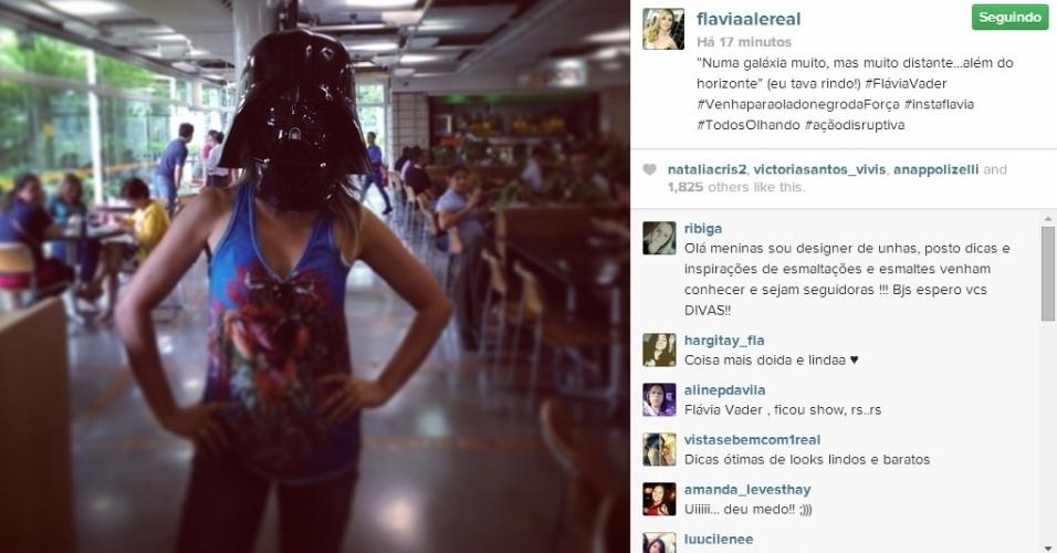 21.abr.2014 - Flávia Alessandra se divertiu ao colocar uma máscara do vilão Darth Vader, da franquia