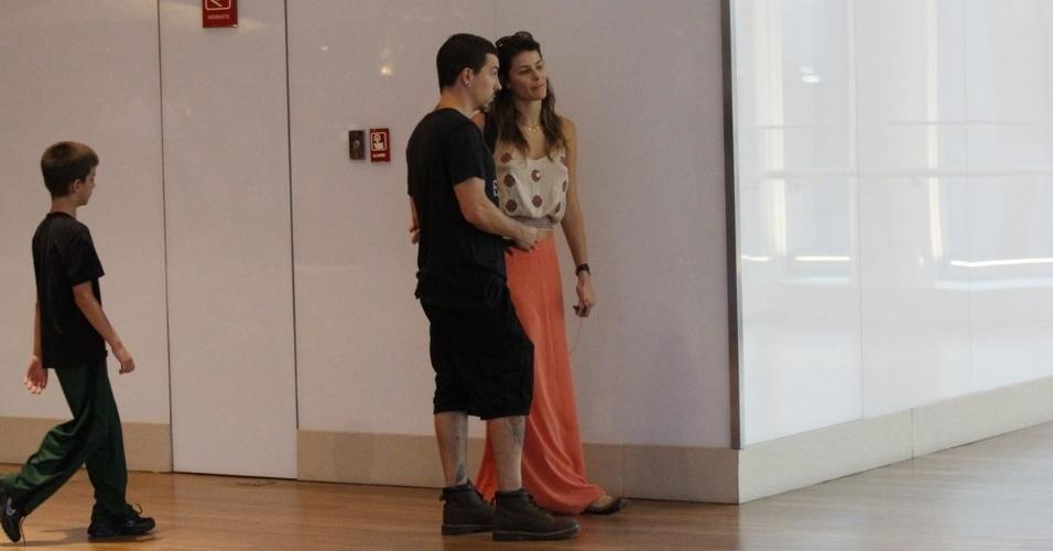 21.abr.2014 - Isabelli Fontana e Di Ferrero aproveitaram o feriado desta segunda-feira (21) e passaram a tarde em um shopping da Barra da Tijuca, no Rio.