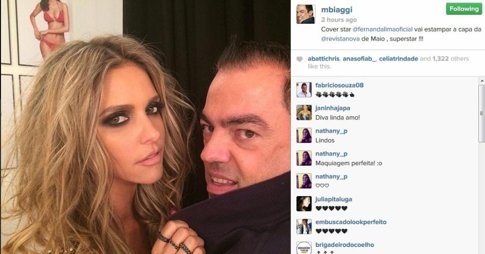 """21.abr.2014 - Marco Antônio de Biaggi mostra foto de Fernanda Lima no ensaio para a capa da revista """"Nova"""""""