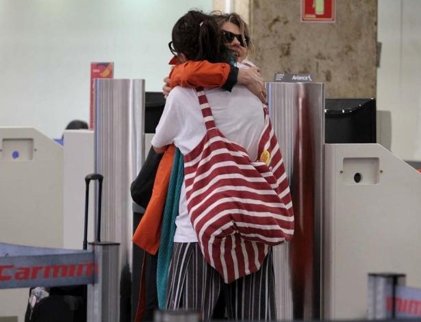 """21.abr.2014 - No aeroporto de Congonhas, em São Paulo, Maria Casadevall encontro a atriz Bárbara Paz no balcão do check-in. As duas trabalharam juntas na novela """"Amor à Vida"""", de Walcyr Carrasco"""