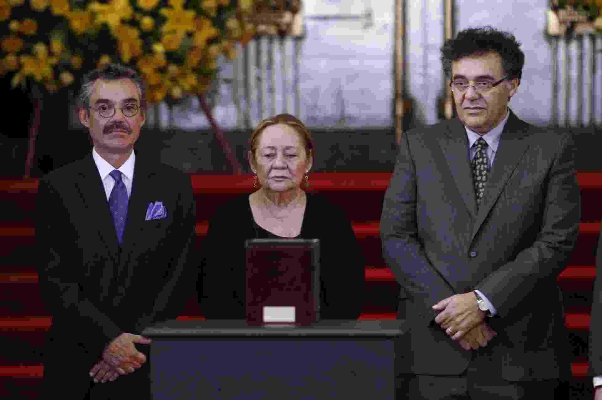 21.abr.2014 - Posicionados próximos à urna com as cinzas do Nobel de Literatura Gabriel García Márquez, a viúva do escritor, Mercedes Barcha (centro) e os dois filhos do casal, Gonzalo (esq.) e Rodrigo, participam da homenagem realizada no Palácio de Belas Artes da Cidade do México - José Méndez/EFE