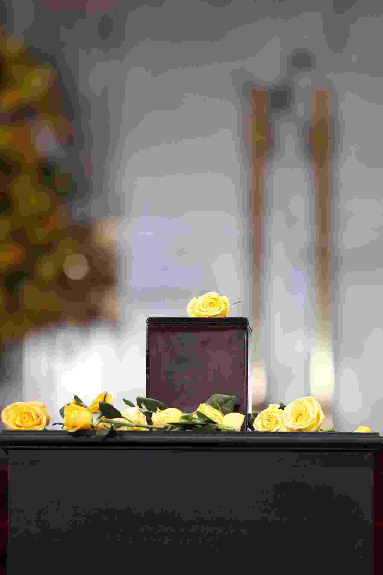 21.abr.2014 - Rosas amarelas enfeitam urna com as cinzas do Nobel de literatura Gabriel García Márquez durante tributo no Palácio de Belas Artes da Cidade do México - José Méndez/EFE