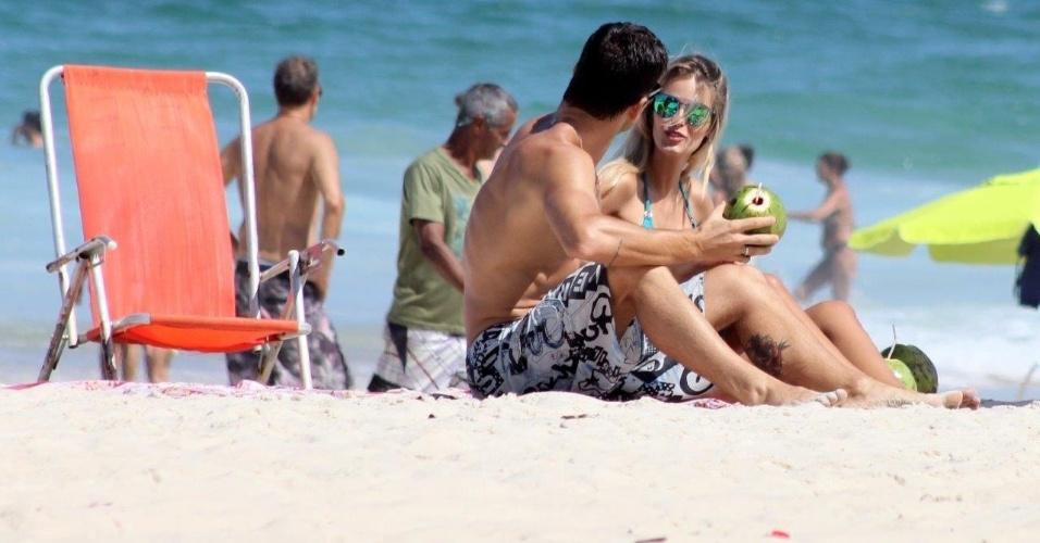 21.abr.2014 - Yasmin Brunet aproveitou o feriado para curtir a praia com o namorado, Evandro Soldati. Nas areias de Ipanema, Zona Sul do Rio de Janeiro, o casal foi flagrado aos beijos e carinhos