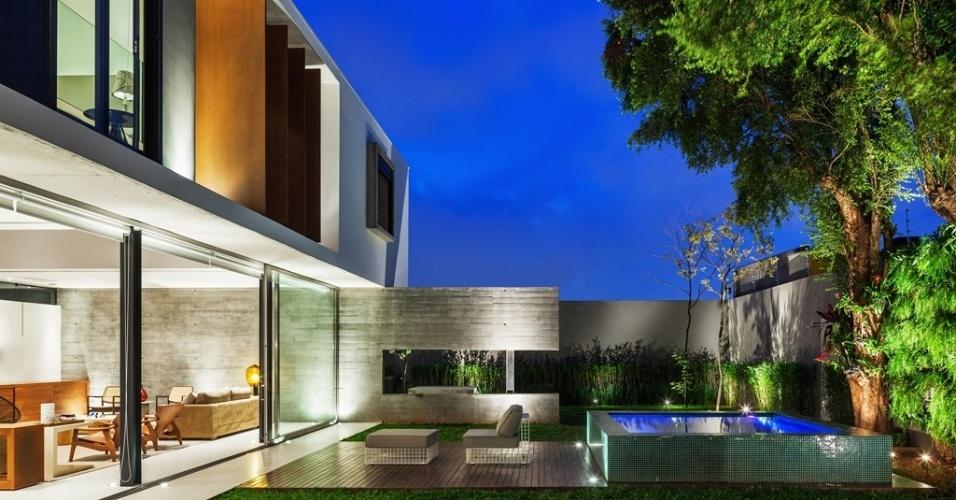 A Casa Planalto compõe harmônico diálogo entre materiais como o concreto, da parede estrutural ao fundo, o aço corten dos brises que protegem as aberturas laterais do pavimento superior, e a madeira nogueira da marcenaria nas salas