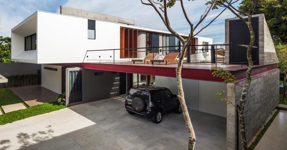 A fachada frontal da Casa Planalto tem janela recuada para maior proteção contra o sol e contra a chuva. Esse recuo também joga sombras sobre o volume branco do pavimento superior, à medida que o sol se movimenta sobre a residência projetada por Flavio Castro