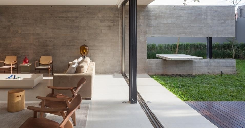 A parede de concreto aparente (InterCement) é peça-chave da Casa Planalto ? eixo de integração do estar com área externa de piscina