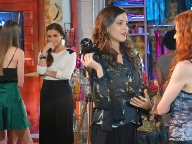 Clara vê Marina conversando com Vanessa e fica cheia de ciúmes