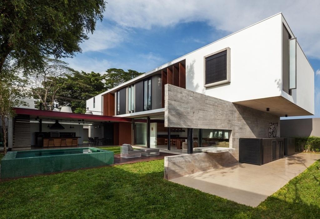 Elemento estrutural, a parede de concreto executada no local sustenta o bloco elevado (pavimento superior da área íntima) e dá apoio à parte dos fundos da Casa Planalto