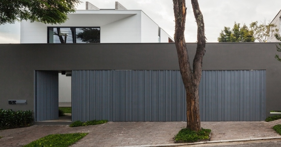 Na fachada da rua, o portão da Casa Planalto também é desenhado por Flavio Castro. Inspirado em um código de barras, o elemento é composto por uma fita metálica contínua ligada a um motor que, de fora, não deixa perceber onde acontecem as aberturas para veículos e para pedestres