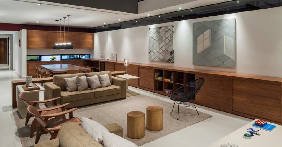 Na sala de estar e jantar, a parede à direita é de alvenaria simples, completamente livre de elementos estruturais, porque toda a extensão do bloco superior encontra balanço (apoio) na parede dos fundos, de concreto moldado em loco