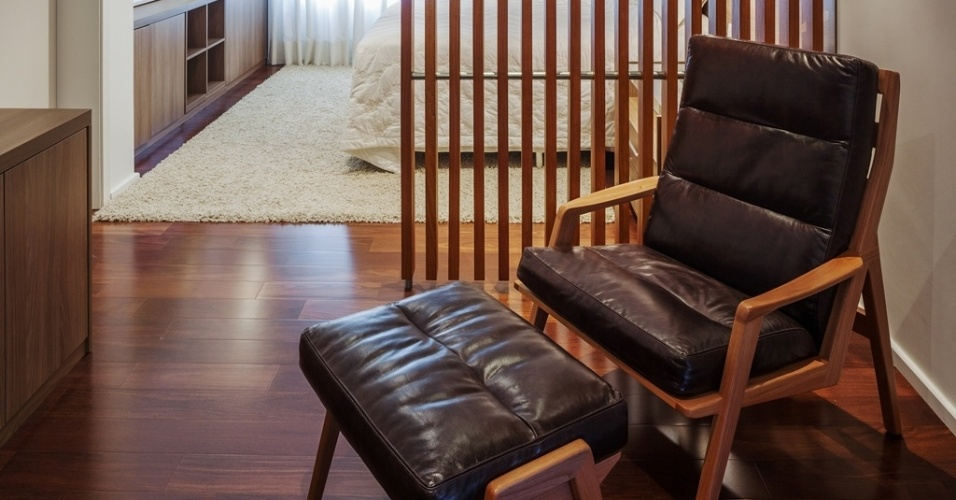 Na suíte do casal, a poltrona de leitura para escritório (Dpot) é separada do dormitório por um biombo de cumaru (Madesan) ripado, com design do arquiteto Flavio Castro. A Casa Planalto fica na capital paulista
