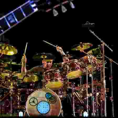 Neil Peart em ação na sua sempre enorme bateria - Marcelo Justo/Folhapress