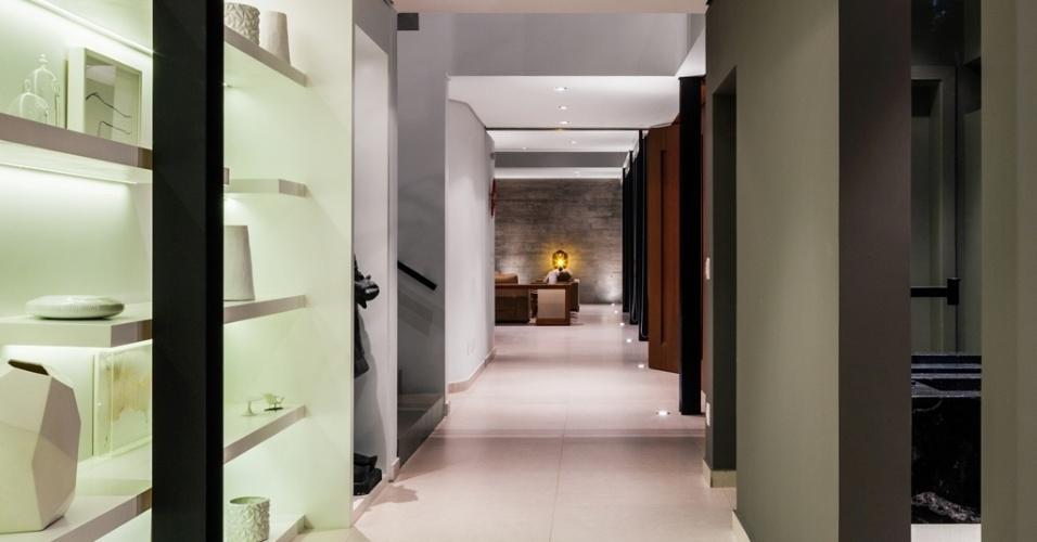 O corredor de acesso principal à Casa Planalto se estende até a parede estrutural de concreto, no fundo dos ambientes de estar