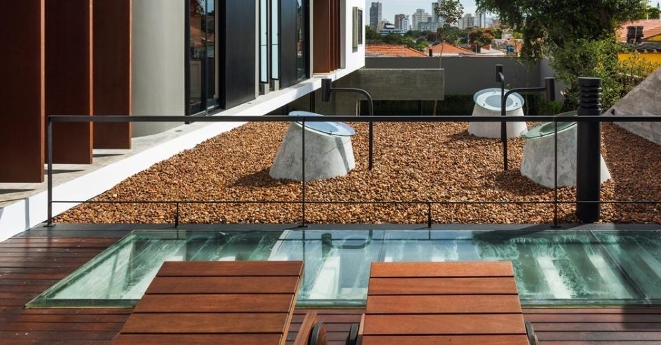 O jardim seco foi um pedido especial do cliente do arquiteto Flavio Castro para a Casa Planalto. Deveria ser seco ? ou sem vegetação ? para diminuir o trabalho de manutenção