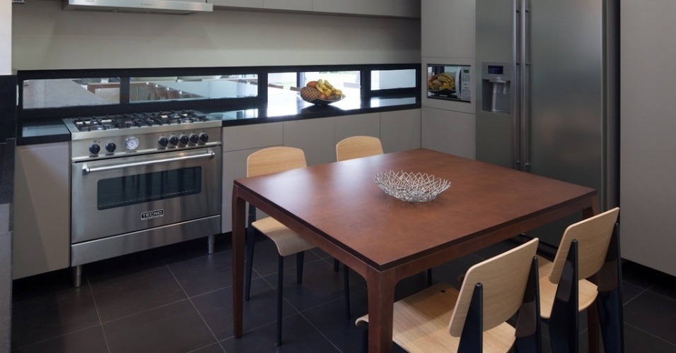 Os armários de cozinha foram desenhados pelo arquiteto Flavio Castro e executados sob medida pela Antico Ofício em marcenaria, com acabamento nude