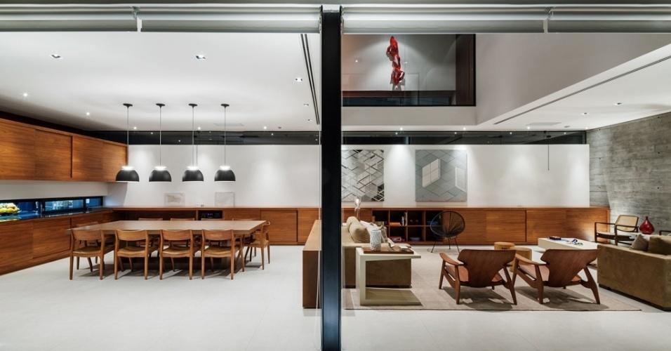 Para não ofuscar a proposta arquitetônica, os objetos de decoração exibem formas retas e limpas. À esquerda, o armário (Antico Ofício), sem puxadores, se une a um bufê de 13 m de comprimento