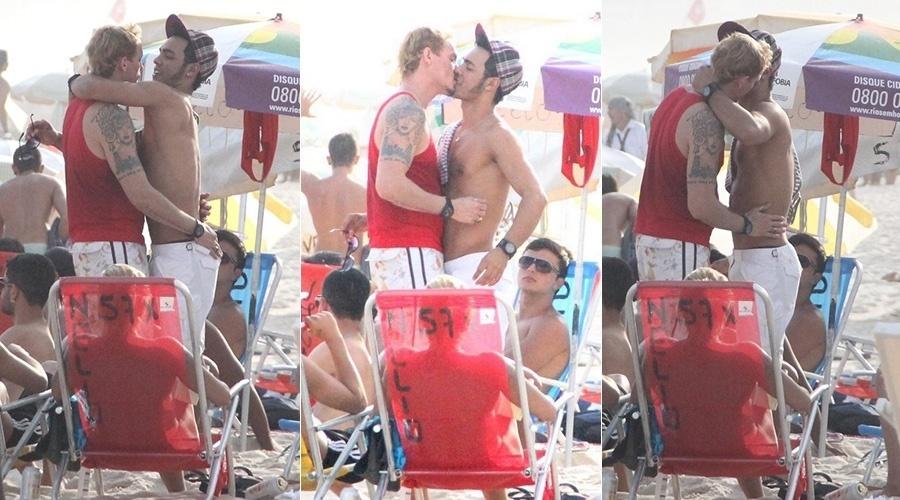 """21.abr.2014 - Ricky Vallen trocou beijos com um rapaz na praia de Ipanema, zona sul do Rio. O cantor ficou conhecido por ganhar um concurso de talento exibido no """"Programa Raul Gil"""""""