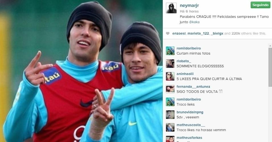 22.abr.2014 - Neymar postou uma foto na qual aparece com Kaká em campo para homenagear o jogador, que completa 32 anos nesta terça.